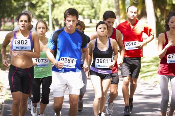 Sportlich Aktive bewegen sich zwar viel, benötigen aber auch mehr Flüssigkeit, Makro- und Mikronährstoffe.